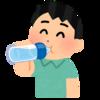 ペットボトルを口ををつけて飲む人.png