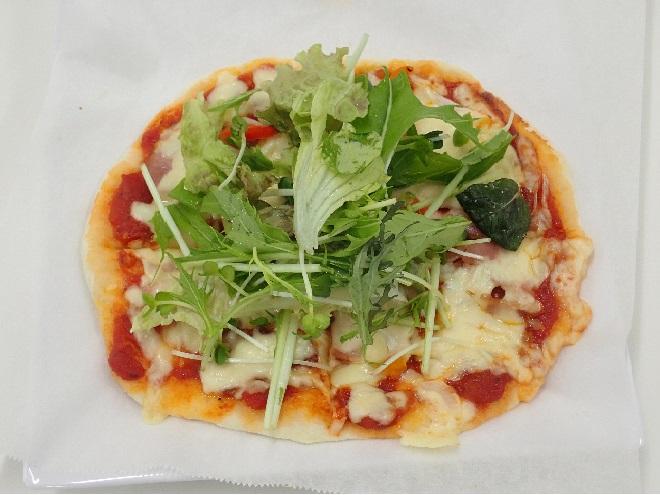 完成したピザ。形やトッピングの仕方に個性が出ます。 美味しそう!
